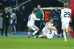 Antunes庆祝与他的队伙伴的进的球,当谢尔盖・雷布罗夫在背景时鼓掌, UEFA欧罗巴同盟回合  免版税图库摄影