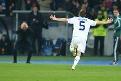 Antunes庆祝进的球,当谢尔盖・雷布罗夫拿着他的在背景时的头, UEFA欧罗巴16秒腿席子同盟回合  免版税库存照片