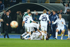 Antunes comemora o objetivo marcado com seus sócios da equipe, o círculo da liga do Europa do UEFA da segundo harmonia do pé 16 e Imagens de Stock Royalty Free
