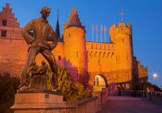 Antwepr - Steen slott och staty av Lange Wapper av Albert Poers från året 1953 Royaltyfri Foto