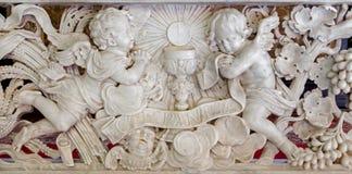 Antwerp - barock lättnad i marmor. Bugning av änglar för eucharist i kyrkan för St. Jacobs (Jacobskerk) arkivfoto