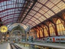 Antwerp Belgien - Anno 2018: Inom den monumentala Antwerp drevstationen royaltyfri foto