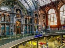 Antwerp Belgien - Anno 2018: Inom den monumentala Antwerp drevstationen royaltyfri bild