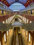 Antwerp Belgien - Anno 2018: Inom den monumentala Antwerp drevstationen arkivfoto
