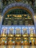 Antwerp Belgien - Anno 2018: Inom den monumentala Antwerp drevstationen fotografering för bildbyråer