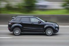 Antwerp Belgien 7 AUGUSTI 2016 land Rover Range Evoque på huvudvägen AUGUSTI 7 Antwerp, Belguim arkivbilder