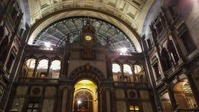 Antwerp/Belgien - December 2 2016: strålar av ljustitten till och med t royaltyfri fotografi
