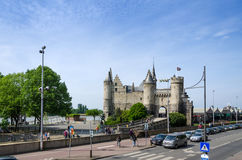 Antwerp Belgien - Maj 11, 2015: Folkbesök Steen Castle (Het steen) Royaltyfria Bilder