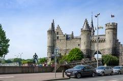 Antwerp Belgien - Maj 11, 2015: Folket besöker Steen Castle (Het steen) i Antwerp Royaltyfria Bilder