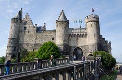 Antwerp Belgien - Maj 11, 2015: Folket besöker Steen Castle (Het steen) i Antwerp Royaltyfri Fotografi