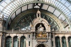 2018-10-01 Antwerp, Belgien: Ta tid på på 5 e.m. och den Antwerp vapenskölden på centralstationen royaltyfri bild
