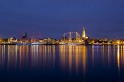 Antwerp& x27 ; course grande de bateau de s par nuit photographie stock