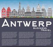 Antwerp linia horyzontu z Szarą budynków, niebieskiego nieba i kopii przestrzenią, Fotografia Stock