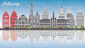 Antwerp linia horyzontu z Szarymi budynkami, niebieskim niebem i odbiciami, Fotografia Royalty Free