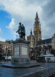 ANTWERPEN BELGIË - 24 Februari, 2017: Groenplaatsvierkant in het centrum van Antwerpen met het standbeeld van Rubens en Stock Afbeeldingen