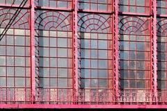 2018-10-01 Antwerpen, België: Glasvensters van de glaskluis van het Centrale Station van Antwerpen stock afbeeldingen