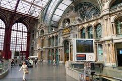 Antwerpen, België - Mei 11, 2015: Mensen in Hoofdzaal van Antwerpen Stock Foto's