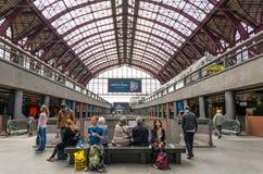 Antwerpen, België - Mei 11, 2015: Mensen in Hoofdzaal van Antwerpen Royalty-vrije Stock Foto