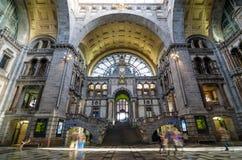 Antwerpen, Belgien - 11. Mai 2015: Leute in der Eingangshalle von Antwerpen-Hauptbahnhof Lizenzfreie Stockfotografie
