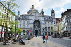Antwerpen, Belgien - 11. Mai 2015: Leute um hauptsächlichbahnhof Antwerpens Lizenzfreies Stockbild