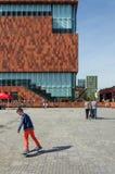 Antwerpen, Belgien - 10. Mai 2015: Leutebesuch Museum aan de Stroom, Antwerpen, Belgien Lizenzfreie Stockfotografie
