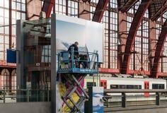 Antwerpen, Belgien - 2018-10-01: Teamwork auf dem Jobhoch über dem Boden lizenzfreie stockbilder