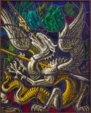 Antwerpen - Draak als symbool van Duivel. Ruit van duel van St. Georeg met de Duivel in de kerk van Joriskerk of st. George stock afbeelding