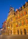 Antwerpen - stadhuis in schemer Stock Foto's