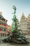 Antwerps stadshus med den Brabo springbrunnen på den stora marknaden Royaltyfri Fotografi