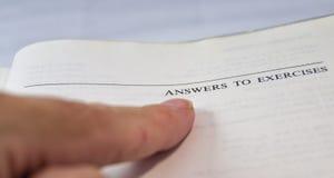 Antwoorden op oefeningen op een school en een universitair handboek met FI Stock Afbeeldingen