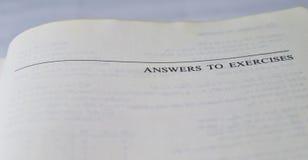 Antworten zu den Übungen auf einem Schul- und Hochschullehrbuch Stockfotos