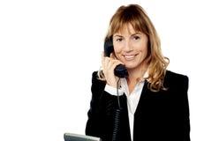 Antwortender Telefonanruf der Berufsfrau Stockfoto