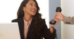 Antwortender Telefonanruf der mexikanischen Geschäftsfrau Lizenzfreie Stockbilder