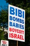 Anty Izrael plakat przy Gaza: Zatrzymuje masakra wiec w Whitehall, Londyn, UK obrazy royalty free