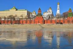 Antycypacja wiosna Kremlin, rzeka i odbicie lód, Kremlowska bulwaru, Moskwa, Rosja obraz stock