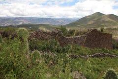 Antyczna ściana budująca Wari ludźmi i wieś krajobrazem Zdjęcia Royalty Free