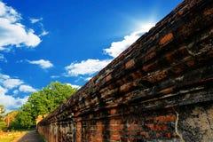 Antyczna ściana z cegieł w Tajlandia Z niebieskim niebem fotografia royalty free