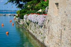 Antyczna średniowieczna ściana kasztel przy Sirmione, Garda jezioro, Włochy Zdjęcie Royalty Free