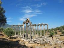 Antyczna świątynia i dramatyczny niebieskie niebo jako tło obrazy royalty free