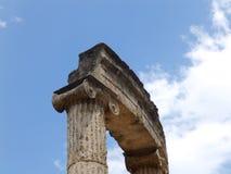 Antyczna świątynia i niebieskie niebo obrazy royalty free