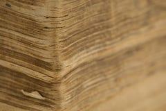 Antyczna biblia strony zbliżenie - stara książka - Fotografia Royalty Free