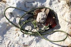 Antyczna broń - temblak dla kamiennego miotania zdjęcia royalty free