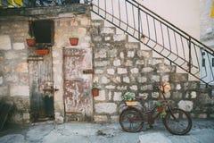 Antyczna domowa fasada dekorująca z rowerem fotografia stock