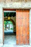 Antyczna drewniana brama podwórze z łukiem, drzewka palmowe, a fotografia royalty free