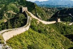 Antyczna droga wzdłuż wierzchołka wielki mur Chiny rozłam antyczny basztowym prowadzący w dół górę zdjęcie royalty free