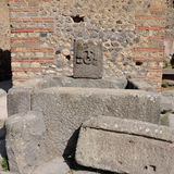 Antyczna fontanna w ulicach Pompeii zdjęcia royalty free