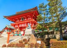 Antyczna japońska drewniana brama i ogród z niebieskim niebem, Kyoto, Japa Obraz Stock