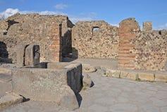 Antyczna kamienna fontanna przy końcówką ulica, Pompeii Zdjęcia Stock