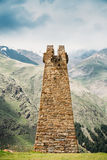 Antyczna Kamienna wieża obserwacyjna Na Halnym tle W Sioni wiosce Obrazy Royalty Free