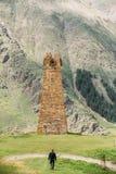 Antyczna Kamienna wieża obserwacyjna Na Halnym tle W Sioni wiosce Zdjęcia Royalty Free